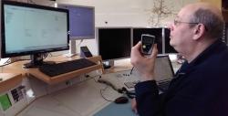 Leitstellendisponent Ralf Kunzweiler nutzt das neue digitale Alarmierungssystem in der Feuerwehrleitstelle Karlsruhe.