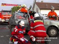 Angehörige der Feuerwehr Oberderdingen und der Bereitschaft des DRK-Ortsvereins Oberderdingen arbeiten Hand in Hand.
