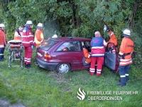 Zusammenarbeit von Rettungsdienst und Feuerwehr bei einem Verkehrsunfall.