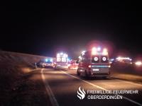 Mehrere Rettungsdienstfahrzeuge im Einsatz.